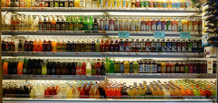 Un rayon de sodas dans un supermarché américain