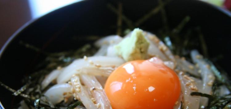 Un bol de riz servi avec des légumes et un œuf cru, ou donburi (©Stuart Albert/Creative Commons)