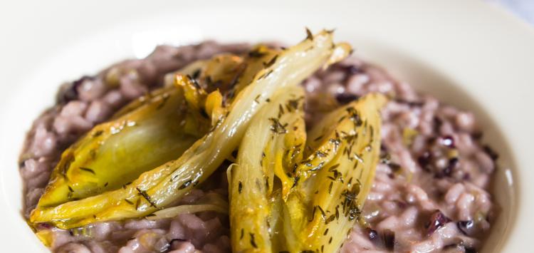Un risotto au radicchio et à la chicorée caramélisée